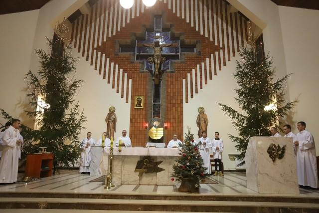 Archidiecezja łódzka jest jedną z najmniej religijnych w Polsce. Średnio w niedzielę do kościoła chodzi zaledwie 23,6 proc. wiernych z łódzkich parafii. W Łodzi są miejsca, gdzie kościoły są jeszcze bardziej puste. Informacje o religijności Polaków ogłoszonych właśnie najnowszych badaniach ISKK. Zobacz, gdzie nie chodzi się do kościoła.NAJMNIEJ RELIGIJNE MIEJSCA DIECEZJI ŁÓDZKIEJ >>>...