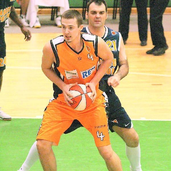 Tomasz Kęsicki (z tyłu Ratko Varda z Asseco Prokomu Gdynia) to jedno z objawień tegorocznego sezonu i cenny gracz Sportino.