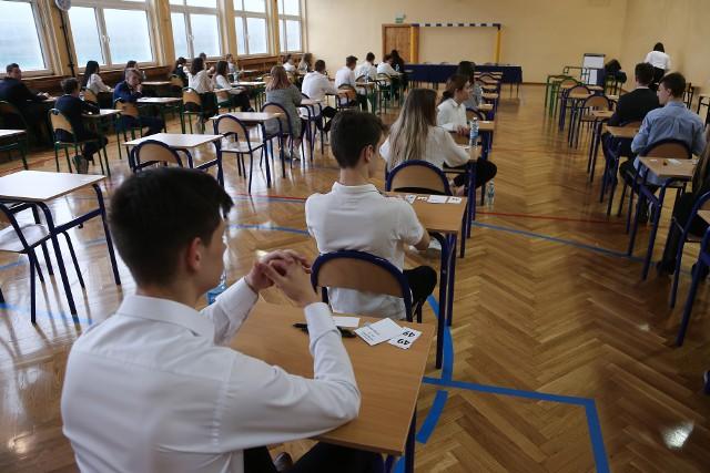 W tym roku szkolnym, ze względu na epidemię i wymuszone przez nią zdalne nauczanie, egzaminy ósmoklasisty i maturalne mają być łatwiejsze.