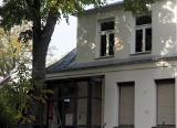 Zniszczona elewacja biura poselskiego Przemysława Czarnka. Sprawę bada policja