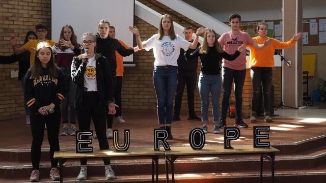 """Zakończył się właśnie kolejny międzynarodowy projekt, prowadzony przez Szkołę Podstawową nr 3 w Koszalinie. Tym razem warsztaty oraz spotkania młodzieży z Polski, Litwy oraz Niemiec odbyły się pod hasłem """"Moja przyszłość - moja wolność w Europie"""". Uczestnicy wspólnie tworzyli plakaty o tematyce wolnościowej. Stworzyli oni też performance o wolności w Europie, który zaprezentowali w czasie finały projektu, w piątek na auli SP nr 3. Zobacz także Koszalin: zapłonęły ptaki Hasiora"""