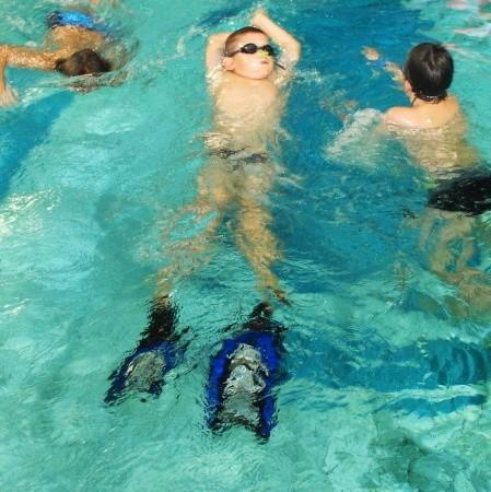 Pierwszy miesiąc zajęć jest poświęcony zabawie w wodzie. - Dzieci muszą najpierw poczuć płetwy - mówi trenerka Małgorzata Olejniczak.