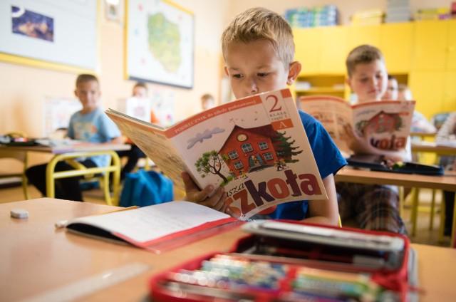 Po podpisaniu ustawy dzieci ponownie przez osiem lat będą się uczyły w szkole podstawowej
