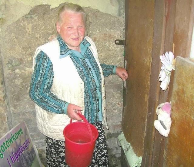 - Mam już blisko 80 lat, a ciągle muszę biegać do toalety na podwórku i to jeszcze z wiadrem wody - opowiada Leokadia Czerwińska