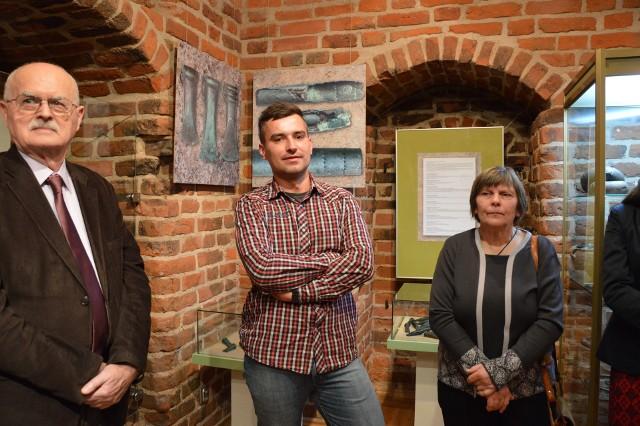 W środku Michał Marciniak, który odkrył skarb w   Charzykowach. Przyniósł go do muzeum w Chojnicach i dzięki temu możemy go oglądać i się z niego cieszyć