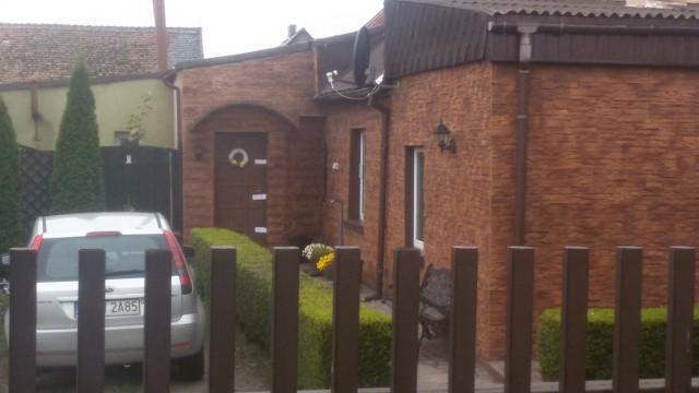 W tym domu mieszkało małżeństwo C. Drzwi wejściowe są zaplombowane, w obejściu biega szczekający pies. To w tym domu znaleziono zwłoki pani Danuty.