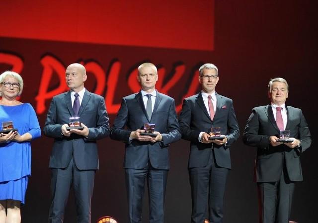 Defro z nagrodą Teraz PolskaStatuetkę godła Teraz Polska dla firmy odebrał na gali w Warszawie właściciel Robert Dziubeła (w środku).