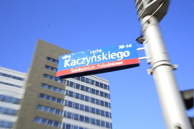 Przed kilkoma laty w Warszawie pojawiły się już tabliczki z nazwą ulicy Lecha Kaczyńskiego. Zastąpiły one wówczas aleję Armii Ludowej.