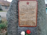Drewniana tablica ku czci radzieckiego bohatera. W Wysokiej pod Międzyrzeczem złodzieje ubiegli dekomunizatorów
