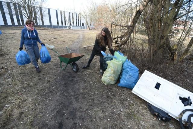 """Mieszkańcy sprzątają """"Psie Pole"""" na Wrzosach"""