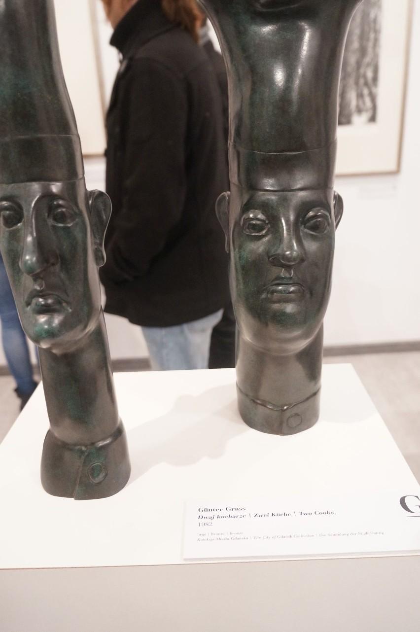 Ustawione w eksponowanym miejscu rzeźby z brązu znane jako...