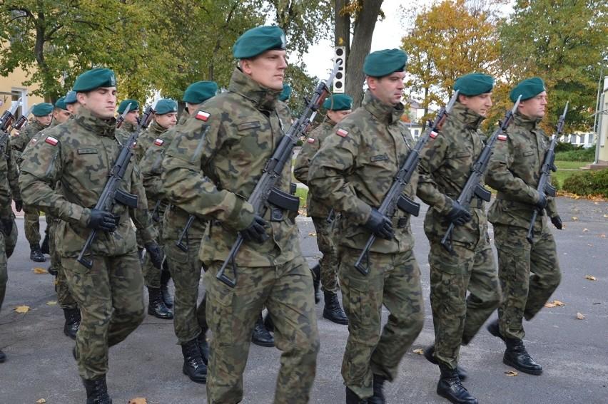 Defilada  zawodowych żołnierzy była jednym z punktów uroczystości na placu defilad niżańskiego garnizonu