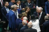 Środkowy palec posłanki Lichockiej może zaszkodzić Andrzejowi Dudzie. Gesty polityków to broń obosieczna.