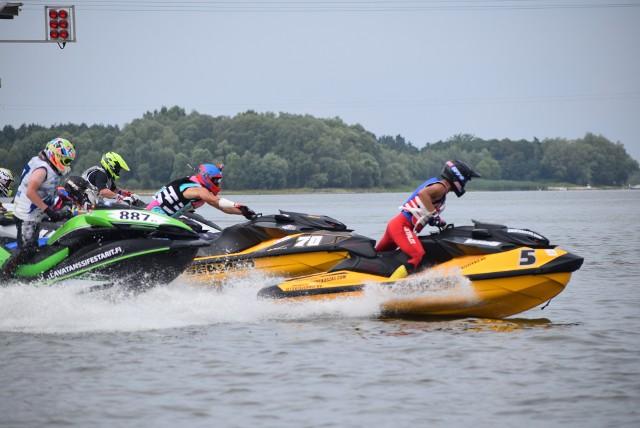 Mistrzostwa świata skuterów wodnych na Jeziorsku. Ściga się 250 maszyn