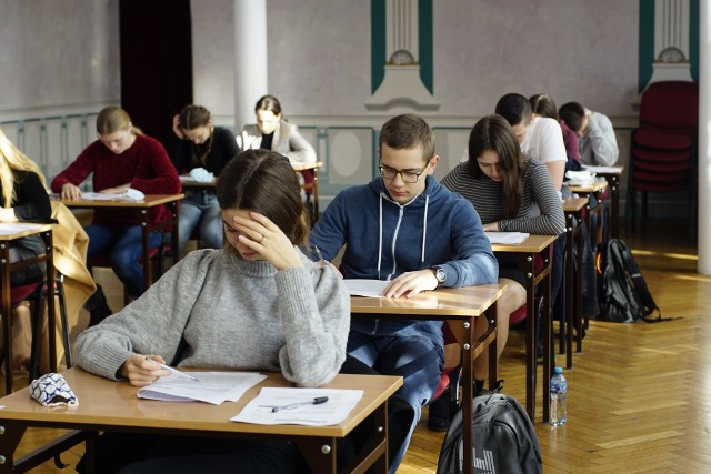 Matury próbne 2021 rozpoczęły się w środę, 3 marca i potrwają do 16 marca. Uczniowie zmagać się będą z arkuszami przygotowanymi przez Centralną Komisję Egzaminacyjną. Pierwszego dnia odbył się egzamin z języka polskiego na poziomie podstawowym. Publikujemy odpowiedzi i arkusze z egzaminu z języka polskiego na poziomie podstawowym.Sprawdź odpowiedzi----------->