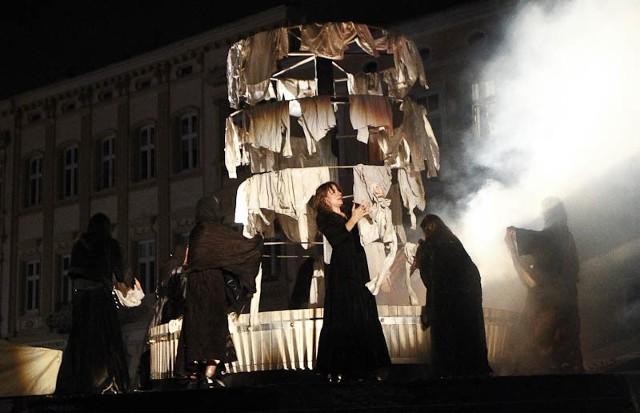 """Teatr Ósmego Dnia na MaskaradzieTeatr Ósmego Dnia - Czas Matek - na Festiwalu Teatrów Ożywionej Formy """"Maskarada"""" w Rzeszowie."""