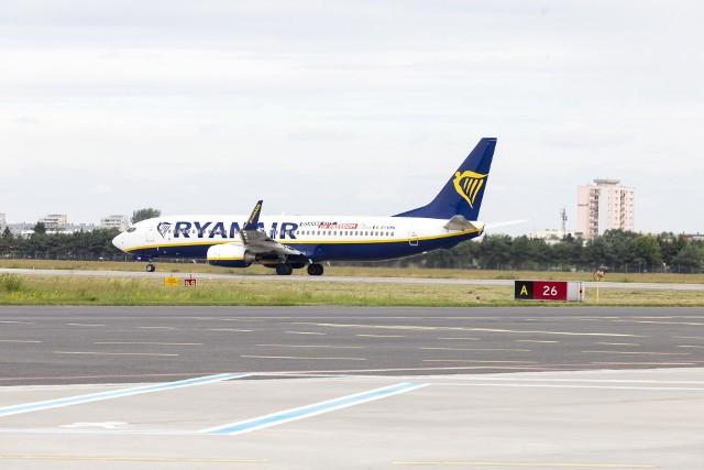 W trakcie lotu przewoźnicy nie podają ciepłych posiłków, starają się ograniczać kontakty personelu z podróżnymi do koniecznego minimum.
