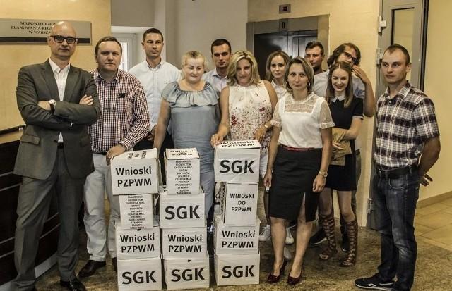 Przedstawiciele Społecznej Grupy Koordynacyjnej Kozienice - Ołtarzew, protestujący przeciwko linii energetycznej 400 kV złożyli w piątek siedem tysięcy wniosków w urzędzie marszałkowskim.