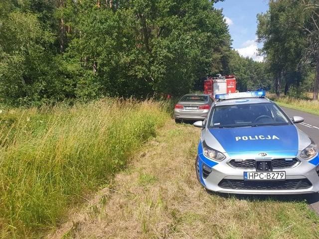Kierowca osobówki w wyniku uderzenia auta w drzewo poniósł śmierć na miejscu.