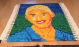 Zachwycający autoportret z klocków domino [wideo]