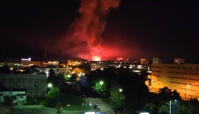 Na zdjęciu: Pożar widziany z ulicy Jagiellońskiej w Kielcach. W poniedziałkowy wieczór doszło do pożaru marketu Lidl na ulicy Piekoszowskiej w Kielcach. Płomienie świetnie widać z całego miasta a także z okolicznych miejscowości. Według relacji, słup ognia był około 21.30 widoczny nawet z Małogoszcza w powiecie jędrzejowskim, to jest około 30 kilometrów od Kielc. Zapraszamy do przysylania swoich zdjęć na adres internet@echodnia.eu oraz na facebooka. >>> WIĘCEJ ZDJĘĆ NA KOLEJNYCH SLAJDACHPożar marketu Lidl przy Piekoszowskiej w Kielcach! Dramatyczne sceny. W akcji trzynaście jednostek straży [TRANSMISJA, ZDJĘCIA, WIDEO]Market Lidl przy Piekoszowskiej w Kielcach płonął jak pochodnia! [NIESAMOWITY FILM I ZDJĘCIA Z DRONA]Pożar Lidla przy Piekoszowskiej w Kielcach. Akcja na oczach tysięcy widzów [WIDEO, ZDJĘCIA]