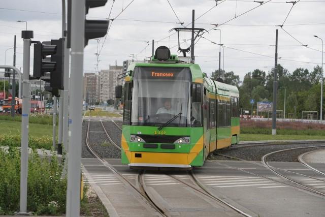 Od poniedziałku, 2 sierpnia w rejonie pętli Piątkowska tramwaje będą kończyć kurs dwa przystanki wcześniej na os. Winiary. Powrócą też pojazdy, które przejadą przebudowanym torowiskiem w rejonie ronda Rataje.