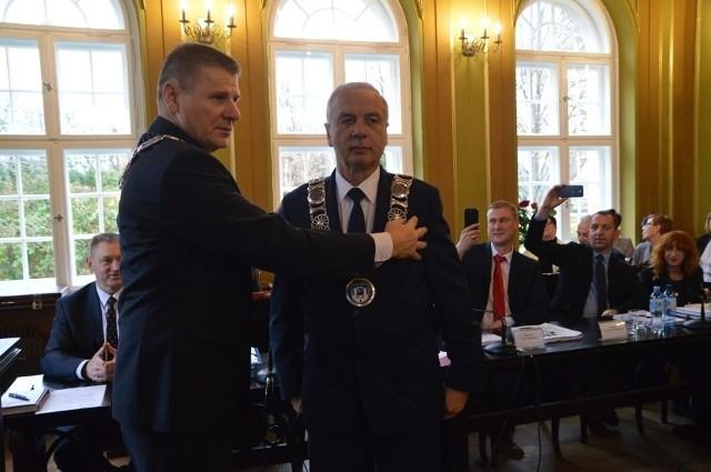 Burmistrz Bytowa Ryszard Sylka (na zdjęciu z prawej) nie zamierzał na stanowisko sekretarza ogłaszać konkursu. Na zdjęciu z przewodniczącym Rady Miejskiej Bytowa Janem Trederem