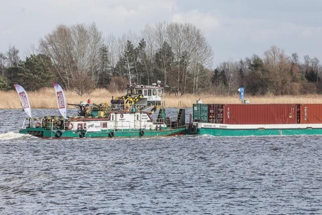 Barki zaczynają pływać rzeką Wisłą, a na Odrze ich nie widać. Na zdjęciu pierwszy w historii komercyjny rejs kontenerowy Wisłą z Gdańska do Chełmna. Co dalej z Odrzańską Drogą Wodną?