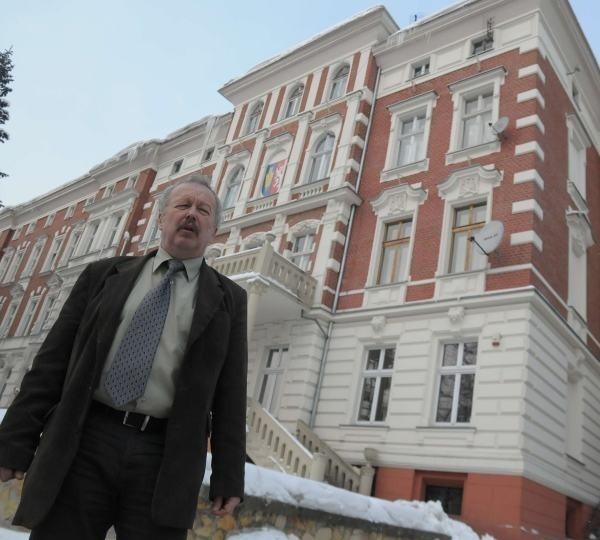 Tadeusz Schmidt, sekretarz powiatu głubczyckiego: – Patrząc z zewnątrz, nikt nie ma wątpliwości, że to jedna kamienica, jedna z najładniejszych w mieście. Ale tak naprawdę dzielą ją dwa adresy. Pod jednym pracują urzędnicy, pod drugim mieszkają lokatorzy.