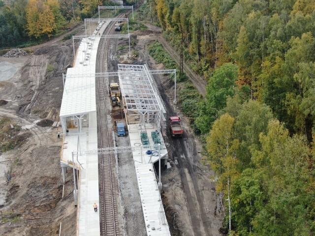 """PKP PLK pochwaliły się planami inwestycyjnymi. Część z nich będzie realizowana na Dolnym Śląsku.  Opracowany i udostępniony dokument pt. """"PKP Polskie Linie Kolejowe S.A. -zamierzenia inwestycyjne na lata 2021-2030 z perspektywą do 2040 roku"""" przedstawia wizję stanu sieci kolejowej w 2030 roku (z perspektywą do 2040 roku), określając jednocześnie inwestycje, które mają doprowadzić do osiągnięcia tego stanu. Będą to nowo budowane linie kolejowe, a także rozbudowa lub rewitalizacja już istniejących. Konsultacje społeczne w sprawie planowanych przez PKP inwestycji potrwają jeszcze do 12 kwietnia. Prowadzone są TUTAJ: KLIKNa kolejnych slajdach wskazujemy najważniejsze inwestycje kolejowe, które – zgodnie z tym planem - mają być realizowane na Dolnym Śląsku."""