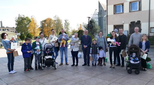 Wójt Zdzisław Wrzałka z maluchami i ich rodzicami