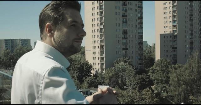 """Raper nagrał piosenkę o Patryku Jakim. """"Stałem pod blokiem"""" będzie oficjalnym utworem kampanijnym kandydata PiS-u"""