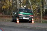Suzuki uderzyło w drzewo tuż obok przystanku na ul. Ogrodowej (zdjęcia)