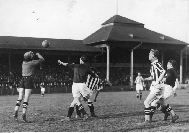 Fragment przedwojennego meczu Wisła - Cracovia. 3 września 1939 roku obie drużyny miały zagrać o ligowe punkty. Wybuch II wojny światowej przekreślił te plany