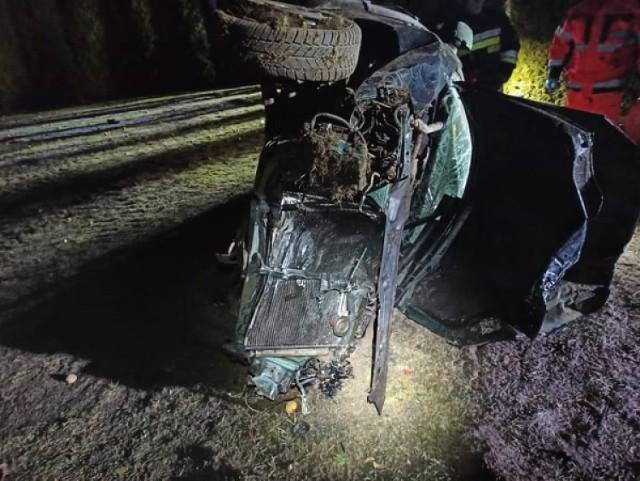 Śmiertelny wypadek w Grabowcu w nocy 4.03.2021. Nie żyje 34-letni kierowca, którego auto dachowało i uderzyło w ogrodzenie posesji