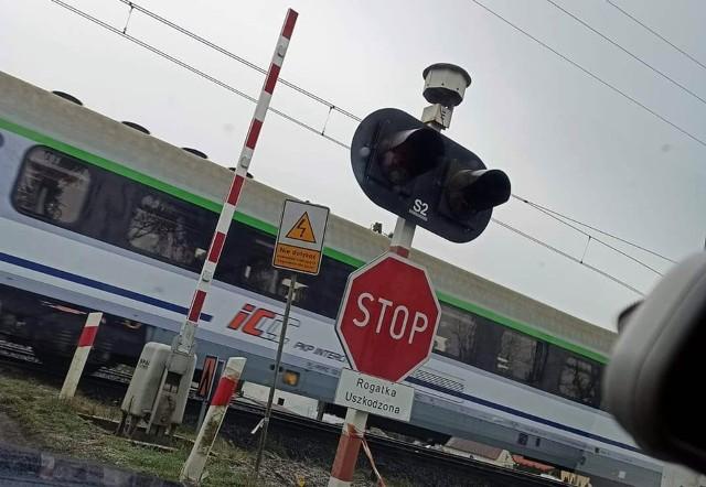 Od ubiegłego roku z uszkodzoną rogatką, a od wczoraj całkiem nieczynny przejazd kolejowy w podstargardzkich Grzędzicach.
