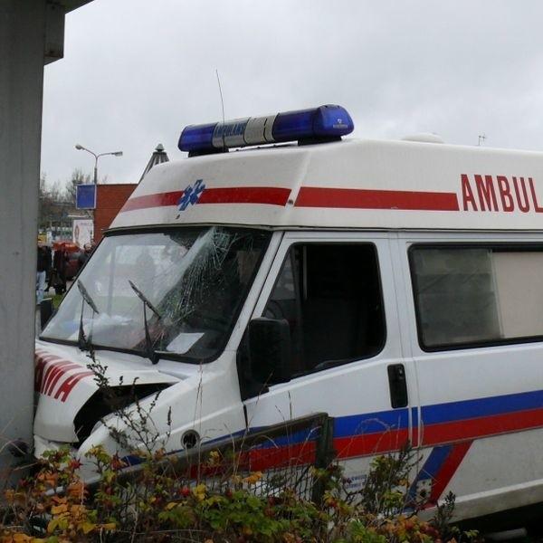 Zaloga karetki po wypadku trafila do szpitala