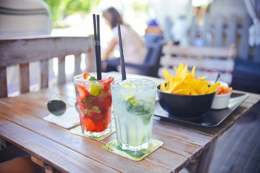 Polacy piją coraz więcej alkoholu. W których zawodach...