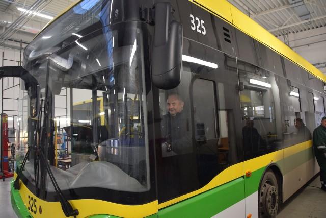 Miejski Zakład Komunikacji w Zielonej Górze wprowadza od 1 czerwca - z powodu zakończenia budowy pętli na os. Czarkowo oraz uwzględnieniem uwag pasażerów - nowy rozkład jazdy