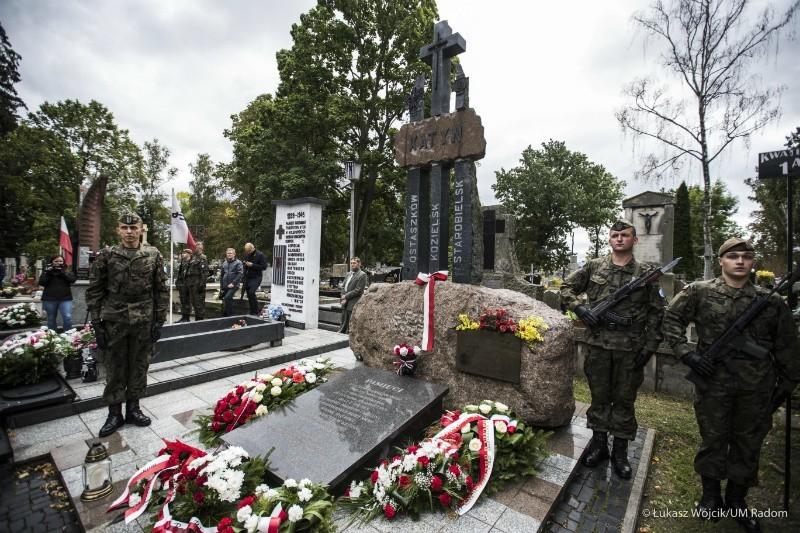 Kwiaty pod pomnikiem poległych na cmentarzu przy ulicy Limanowskiego złożyli między innymi przedstawiciele miasta, Rady Miejskiej, posłowie ziemi radomskiej oraz delegacje wojskowe.