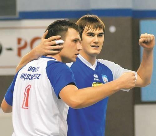 Rozgrywający Orła Maciej Fijałek (z lewej) i libero Krystian Pachliński triumfują