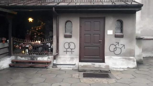 Wandale pomalowali elewację kościoła św. Mikołaja w Lublińcu. Policja szuka sprawców.Zobacz kolejne zdjęcia. Przesuwaj zdjęcia w prawo - naciśnij strzałkę lub przycisk NASTĘPNE