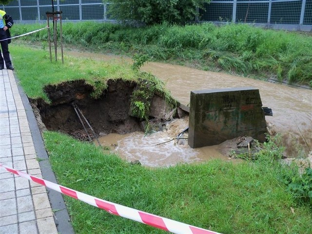 Potem woda przelała się przez nieczynną linię kolejową i popłynęła podwórzami i ulicami do centrum miasta, blokując przejazdy.