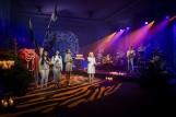 Kaszubskie kolędowanie w Pucku! 23.12.2020 r. zaśpiewała Weronika Korthals, a poezję przeczytał Mirosław Baka. Zobaczcie wideo!