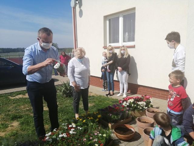 Z kwiatami przyjechał starosta Marcin Piwnik i Grażyna Szklarska z zarządu powiatu.