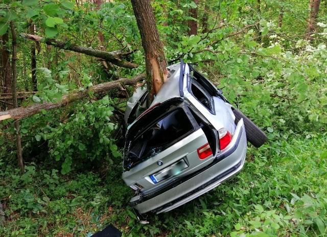 Do wypadku drogowego w miejscowości Piaski (gm. Ruciane – Nida) doszło w sobotę przed godz. 9.00. Kierujący pojazdem marki BMW uderzył w przydrożne drzewo.