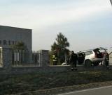 Wypadek w Strzelinie. Auto zawisło na ogrodzeniu krematorium