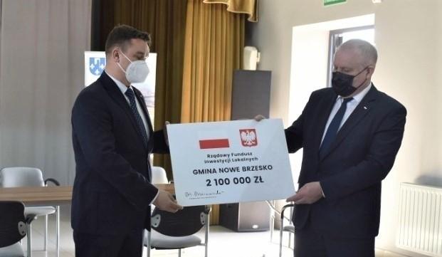 Przekazanie symbolicznego czeku dla gminy Nowe Brzesko.
