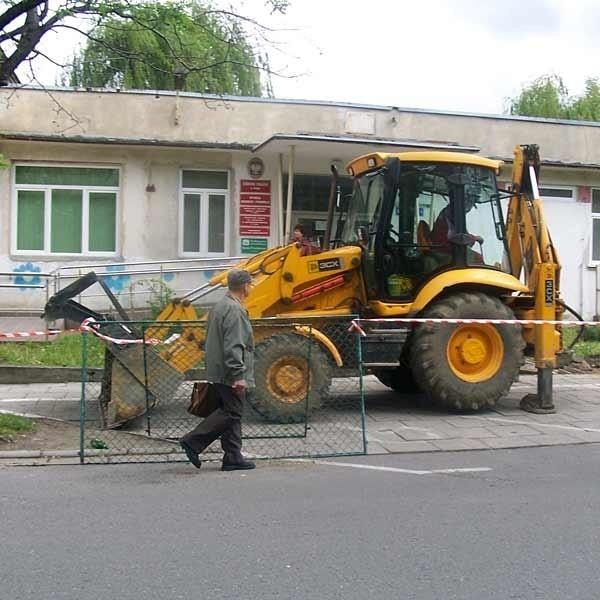 Przed budynkiem rozpoczął się też demontaż ogrodzenia frontowego. W jego miejsce położony zostanie chodnik przystosowany do potrzeb osób niepełnosprawnych.