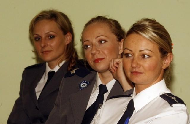 Policjantki  mogą mieć tylko delikatny makijaż i niezbędne ozdoby, jak: zegarek, obrączka czy małe kolczyki
